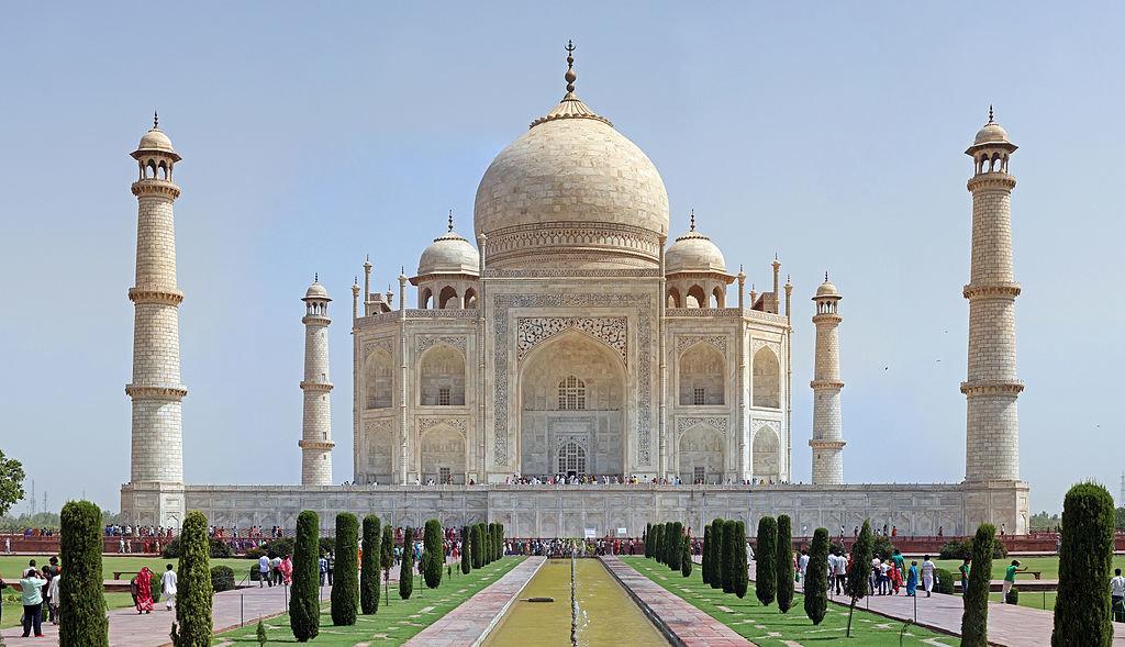 7 июня 1632 года в индийской державе Великих Моголов заложен мавзолей Тадж-Махал