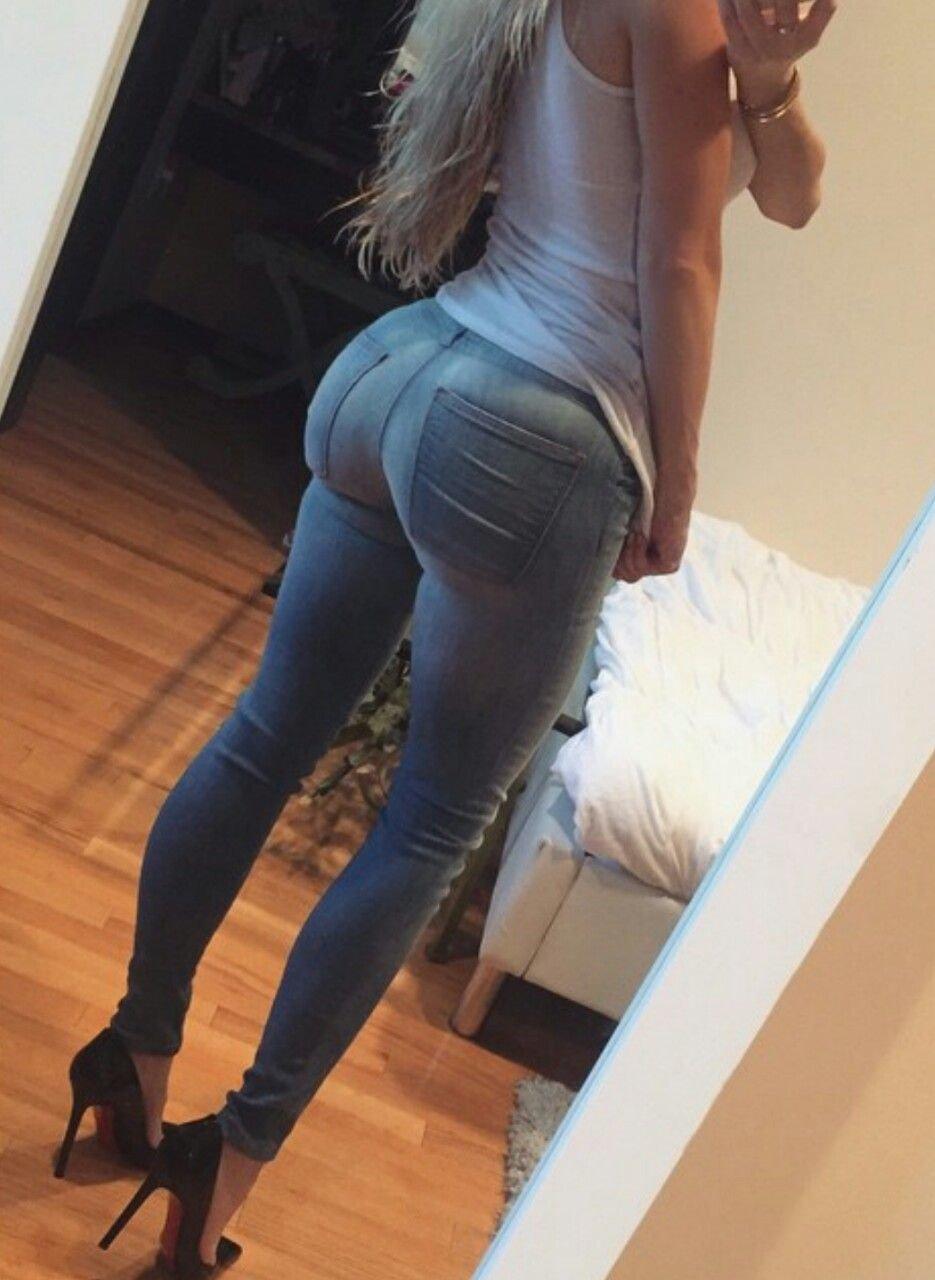 Молодые красивые жопы в обтягивающих джинсах