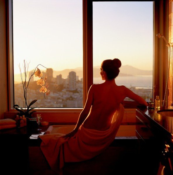 Картинки девушки у окна со спины