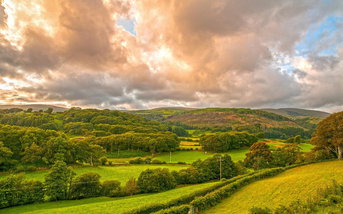 Официальное название этой местности «Княжество Уэльс», но такой вариант практически не используется. Само название «Уэльс», вероятнее всего, произошло от первоначального названия кельтов, проживавших здесь.