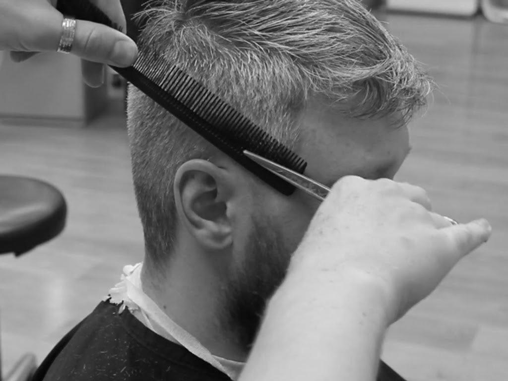 Самая простая стрижка — под машинку, где волосы имеют одинаковую ультракороткую длину, называется спортивная.