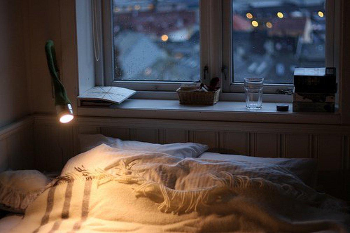 созданию картинка кровати возле окна с дождем мужчины