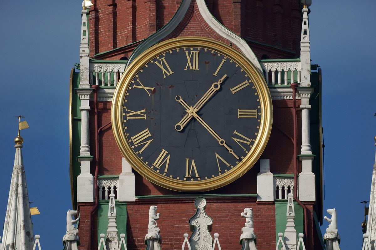 О мастере, изготовившем часы, написано в летописи: «замыслил часник сам князь, а установил часы монах серб по имени лазарь».