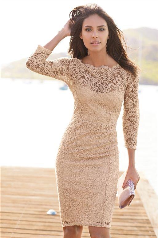 Девушка в платье телесного цвета