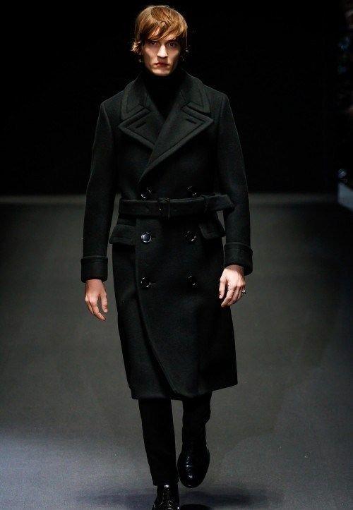 Длинное чёрное мужское пальто двубортного фасона с широким поясом от Gucci 1c8014fdabd