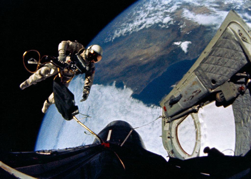 3 июня 1965 года американский астронавт Эдвард Уайт стал первым американцем и вторым в мире человеком, вышедшим в открытый космос