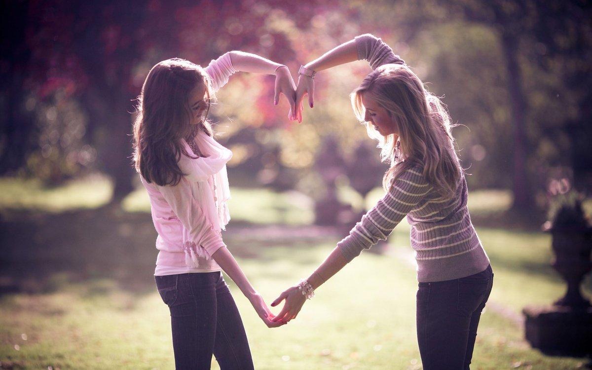 Две подружки помогают друг дружке 10