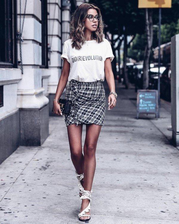 Белая футболка и юбка в клетку