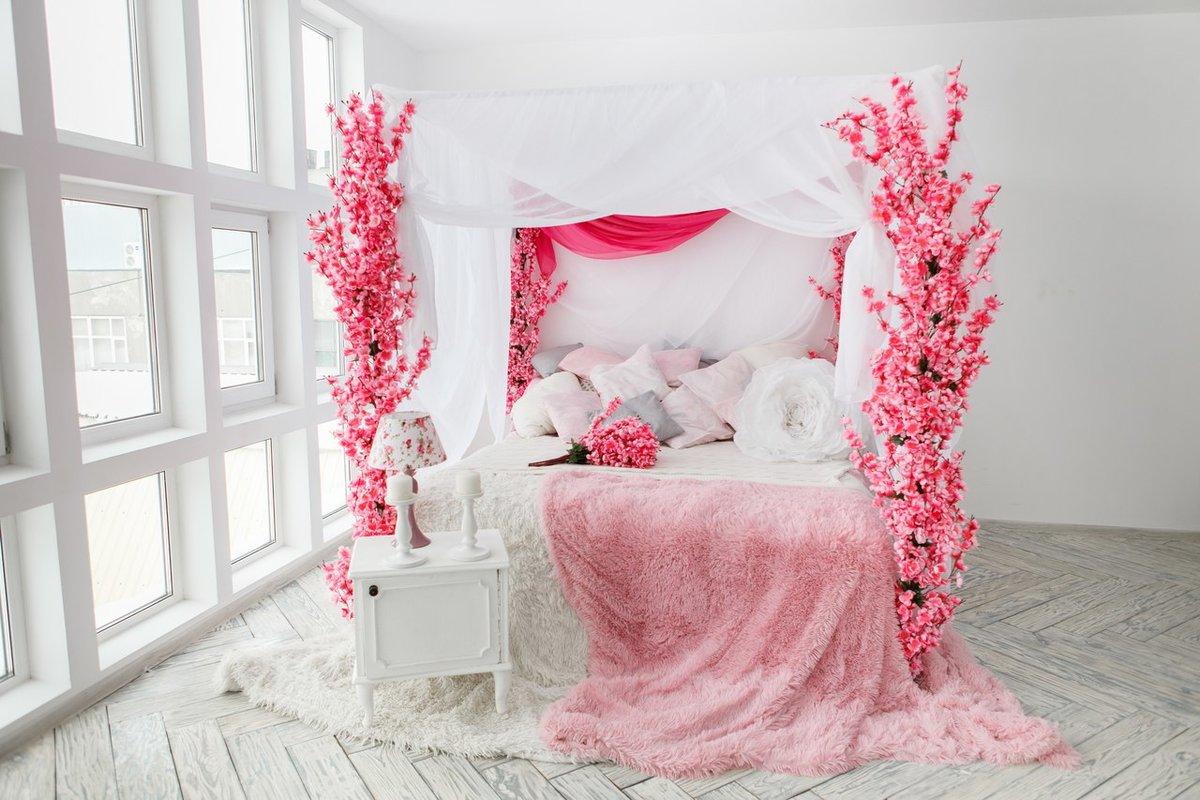 ребёнок фотостудия качели на фоне цветочной стены применяют классических интерьерах