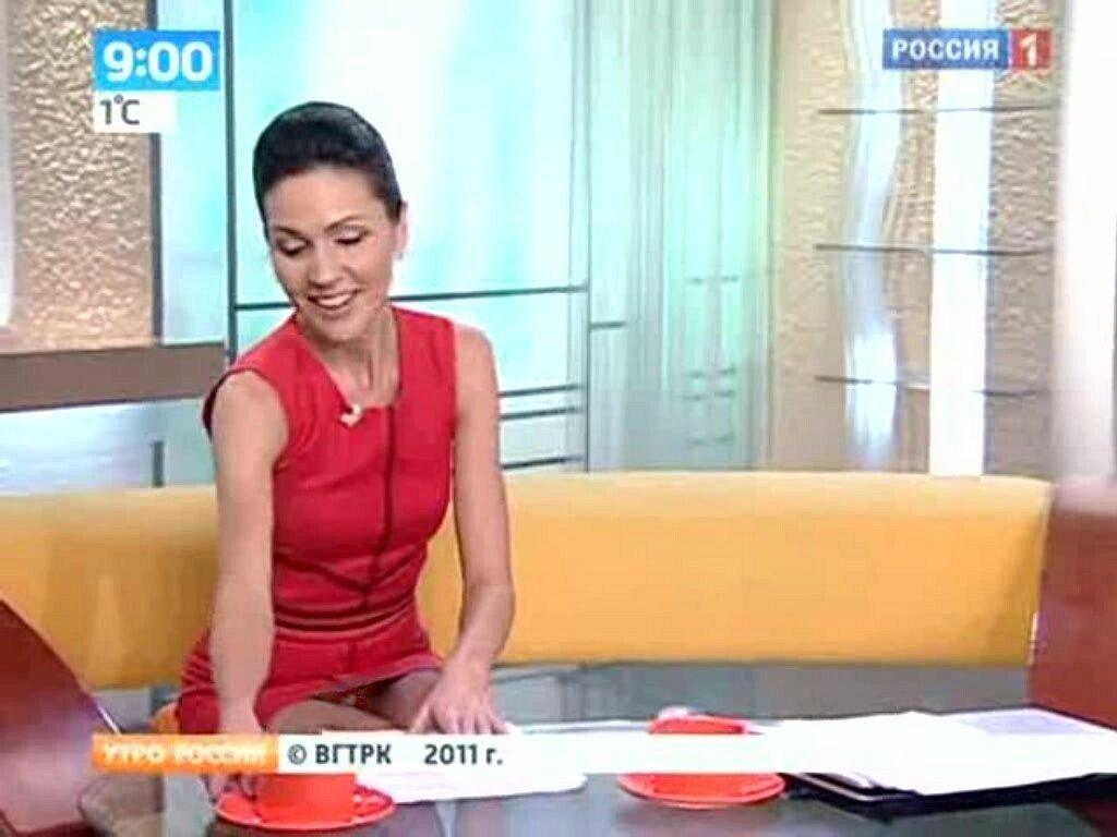 это была смотрим под юбки телеведущим россии видео точно
