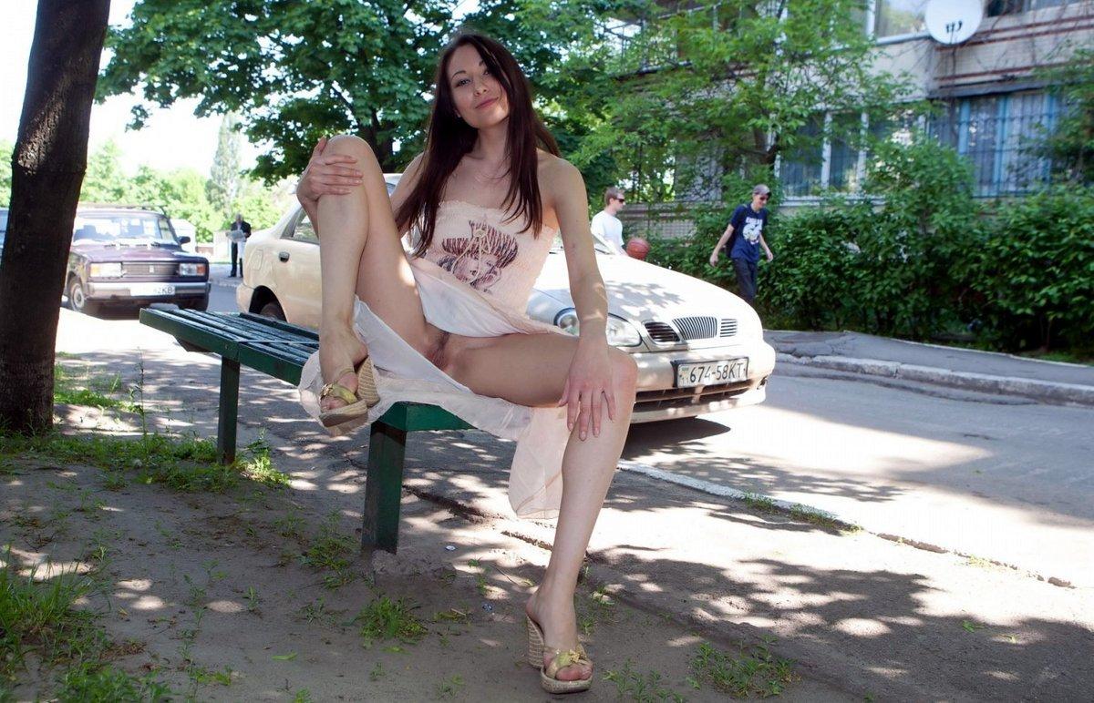 fotki-devushek-gulyayushih-bez-trusikov-po-ulitse-porno-film-s-bobom-dzhekom