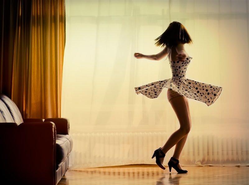 Прекрасная худенькая танцует