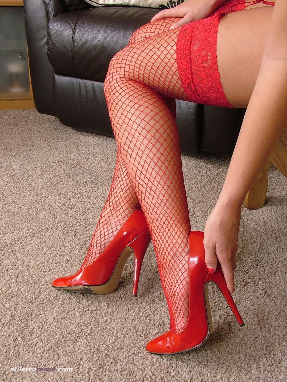 белый халатик красные чулки и туфли на шпильке фото как уговорить