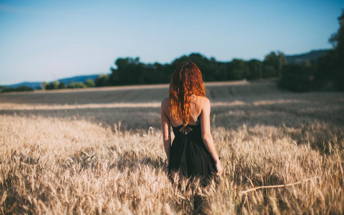 Фото со спины рыжей девушки — photo 12