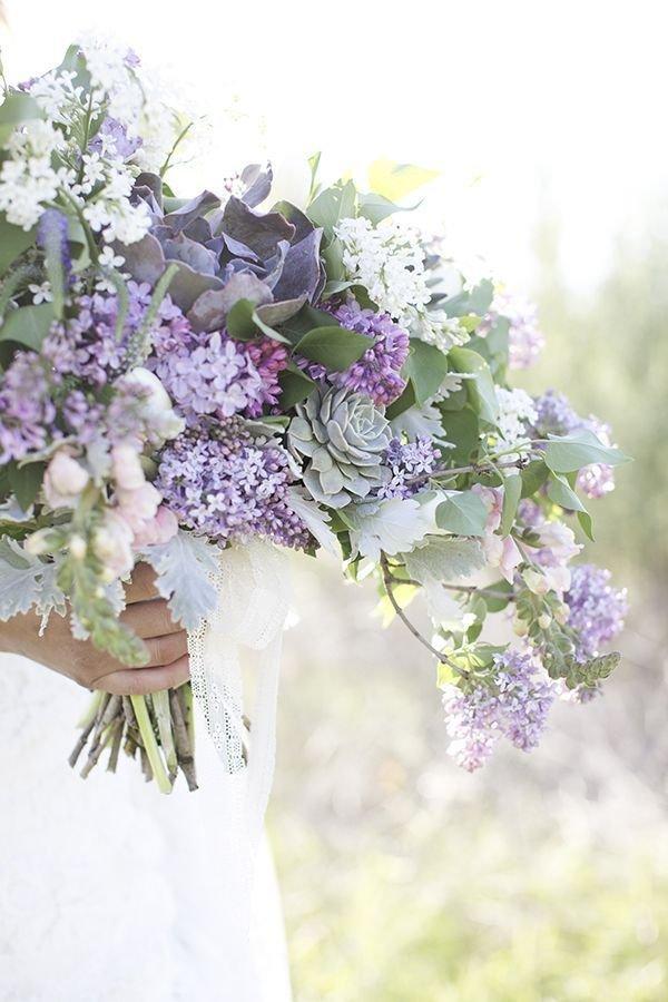 Цветов, букет невесты из сирени и ромашки
