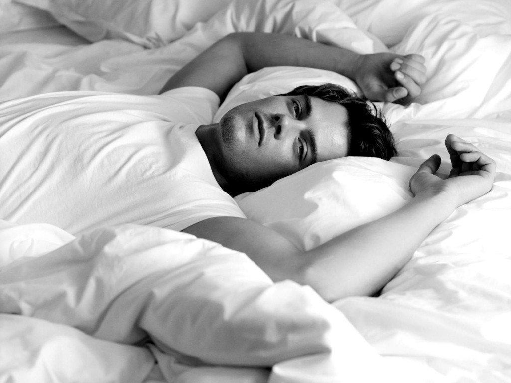 На кровати парень — img 9
