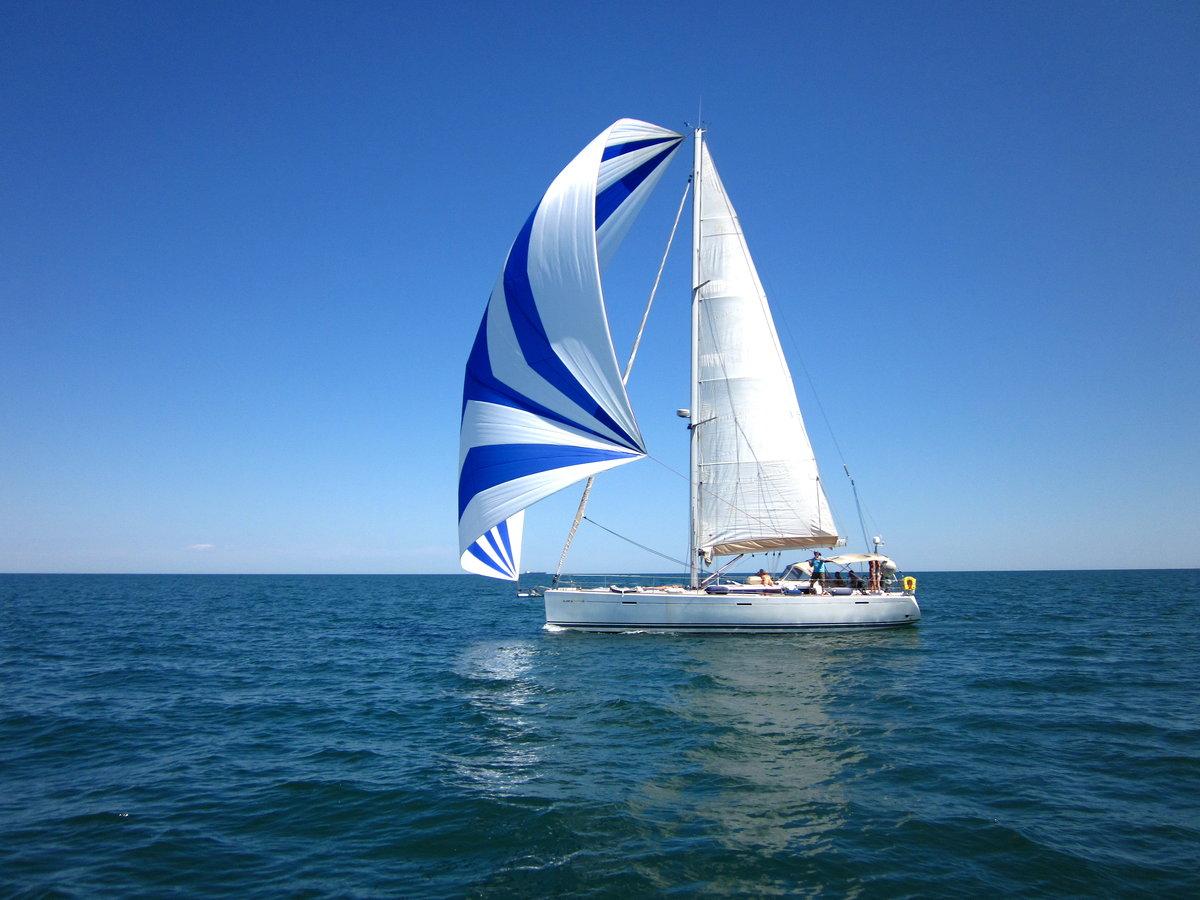 Фото яхты с надутыми парусами