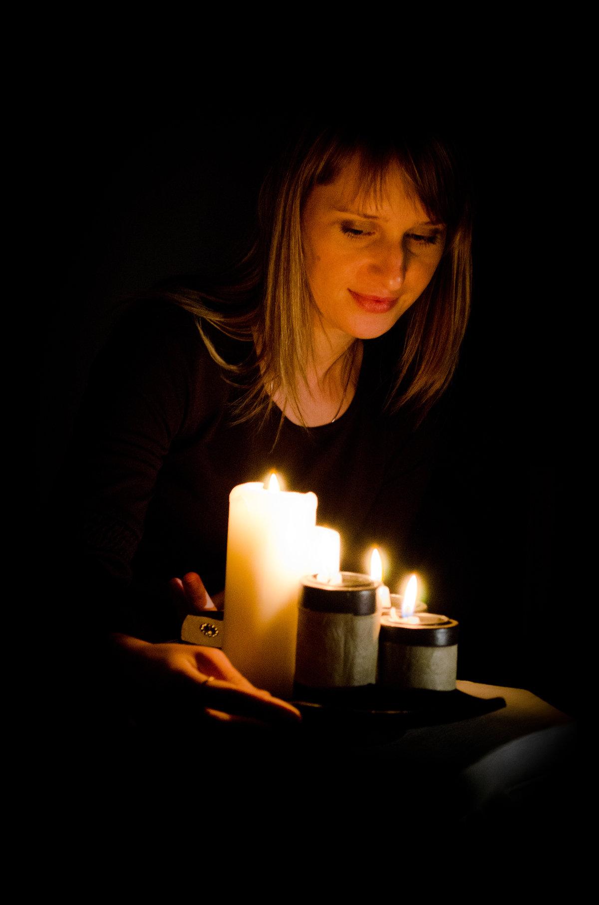 Девушка при свечах картинка