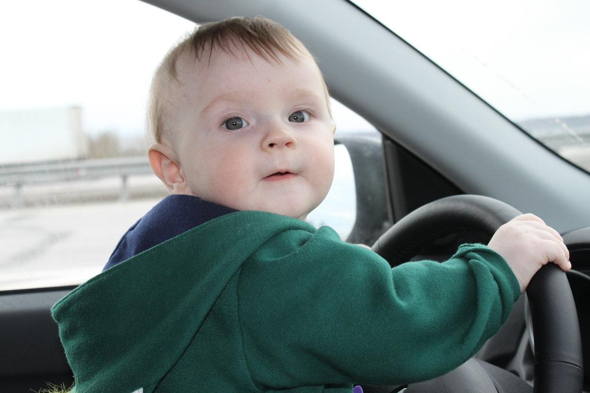 Фото картинки ребенок в машине