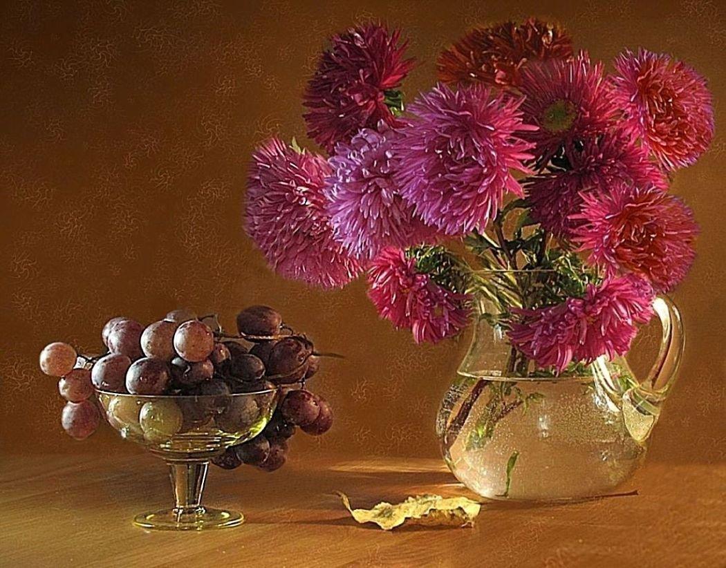Красивая открытка цветы в большой вазе хризантемы фрукты