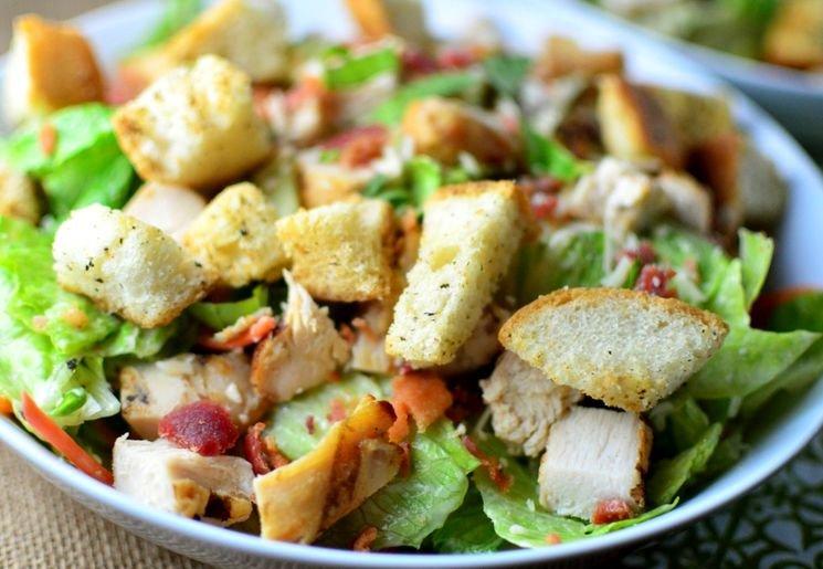 Простой и в то же время праздничный салат с копченой курицей.