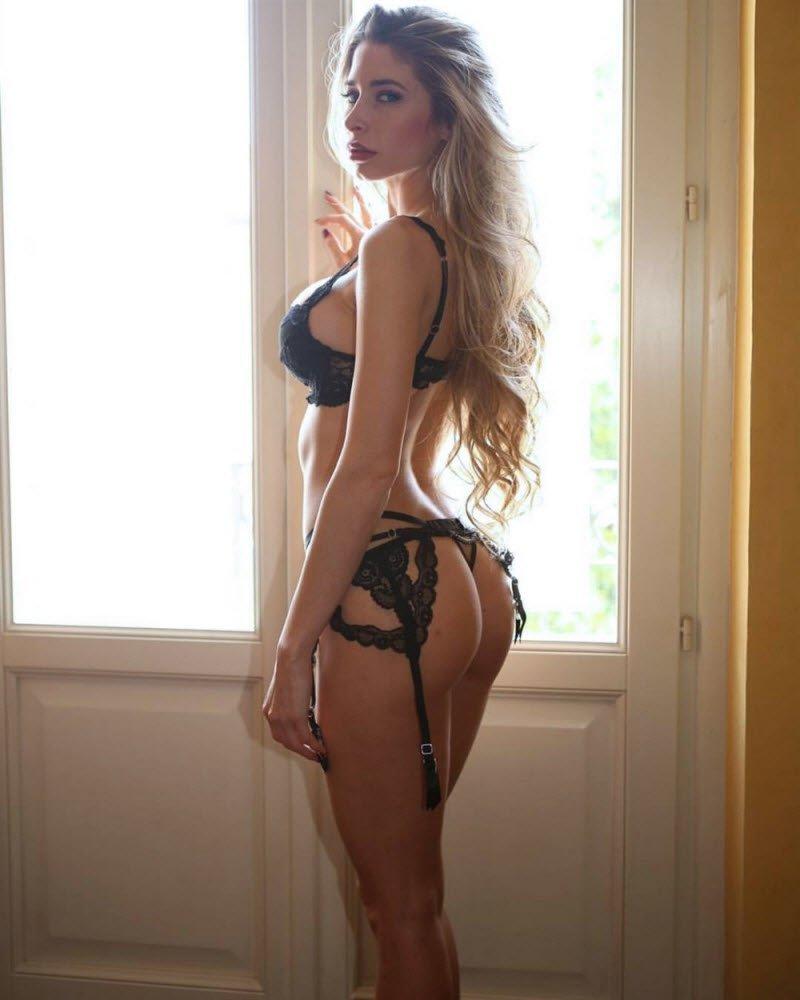 домашнее фото девушки в красивом нижнем белье комната залита тёплым