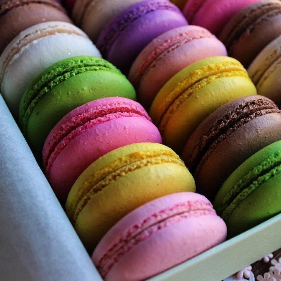 Картинки десертов макарон
