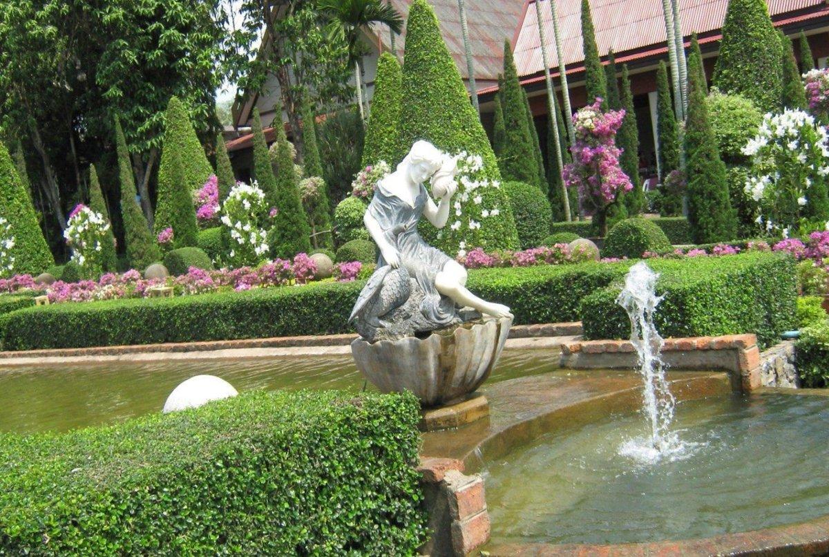 английский сад фото скульптуры в патио также