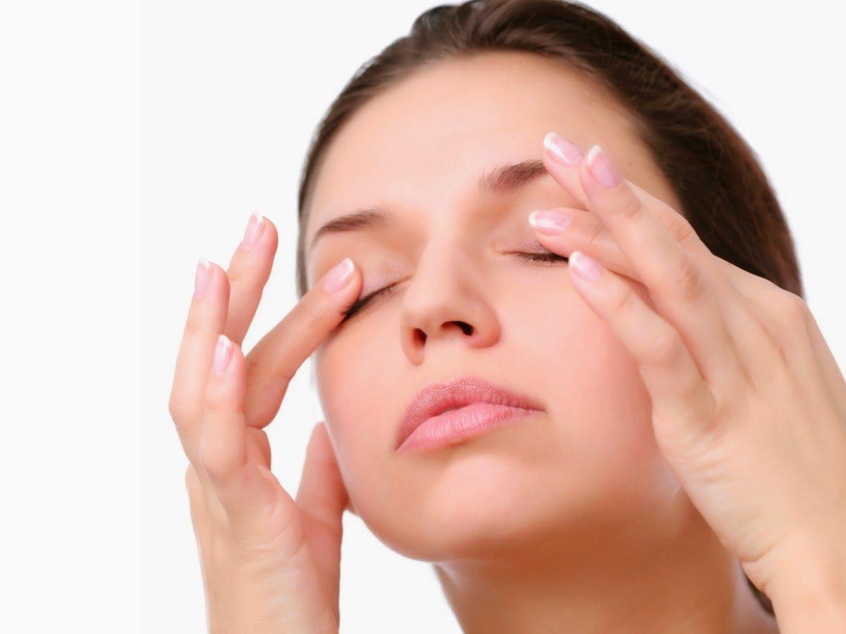 Помимо массажа от отеков лица и отеков глаз можно воспользоваться еще несколькими способами для избавления от этого недуга.