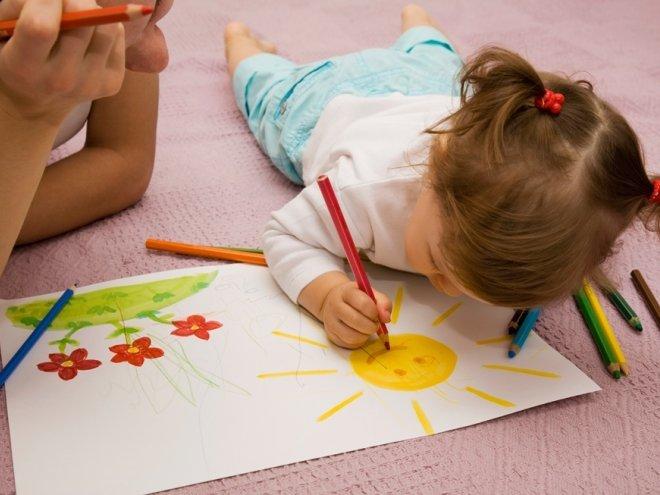 Детишки обожают рисовать: кто-то калякает на обоях, кто-то разрисовывает любимого папу, а кому-то мамы вовремя подсовывают раскраски. Предлагаем поговорить о пользе рисования для малышей.