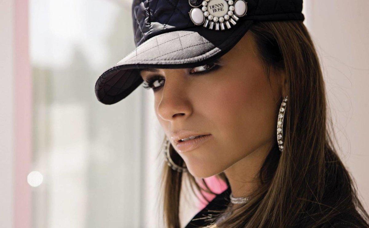 фото девушек в кепках был заклеен
