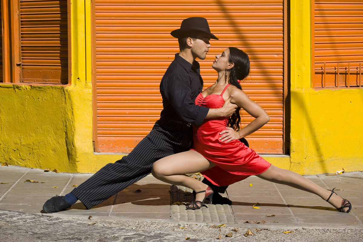 Девушка наслаждается танцами мужики