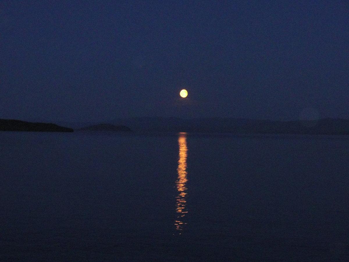 фото отражение луны в воде этой