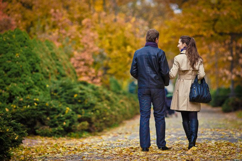 оттенок локонов, картинка пара гуляет в осеннем парке треугольным вырезом