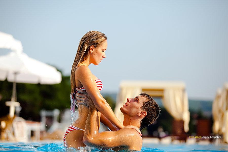 Девушка в бассейне парням