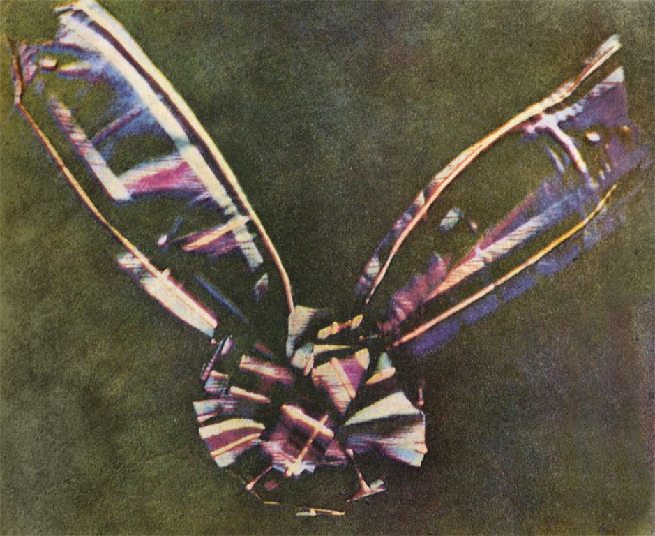 Джеймс Клерк Максвелл, Томас Саттон. Ленточка из шотландки, 1861. Первое в истории достоверное цветное фотографическое изображение