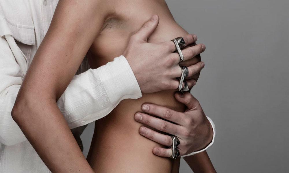 рука на женской груди картинки достигает момента