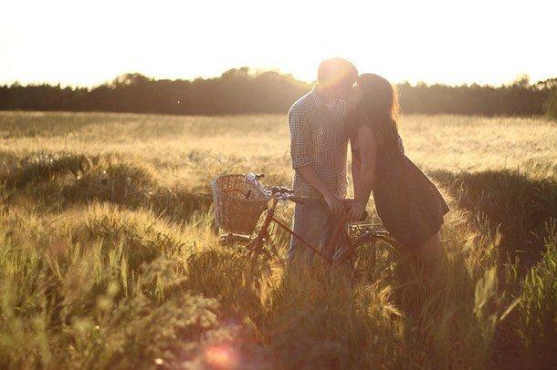Девушки в поле с парнями ролики — img 13