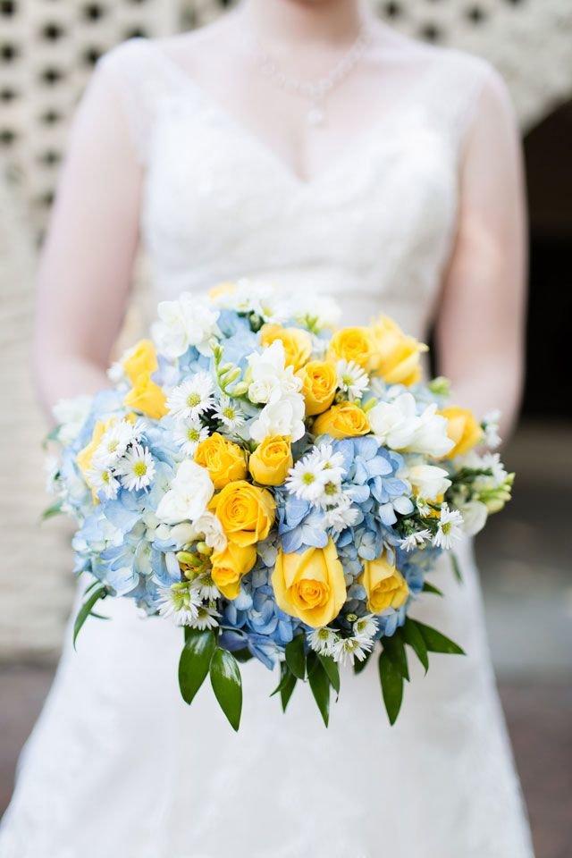 Букет невесты голубой синий с желтыми цветами
