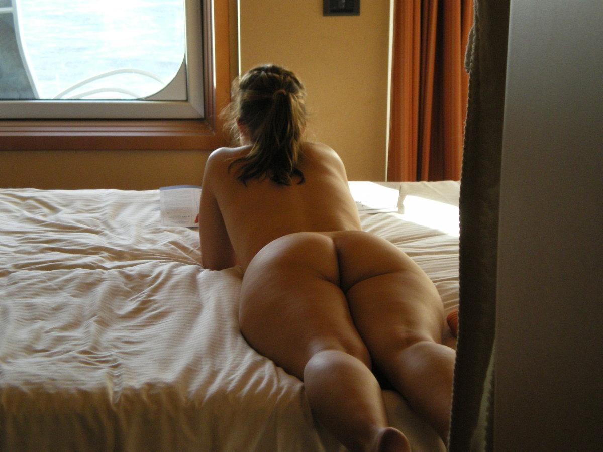 фотографии огромной жопы на кровати ещё жив