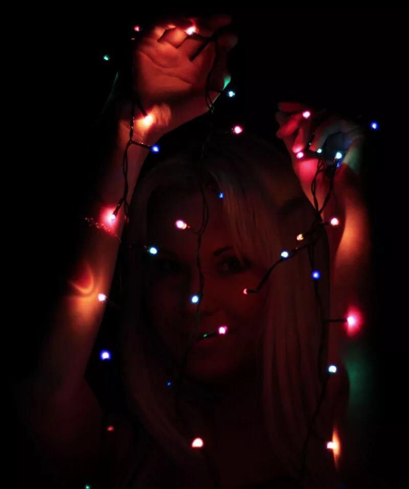 Фото с гирляндами девушка в темноте