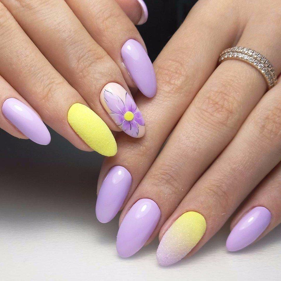 Тенденции и тренды летнего маникюра обусловлены естественностью во всем – от формы и длины ноготков, заканчивая дизайном ногтей на лето и выбранным покрытием для ногтей на лето.