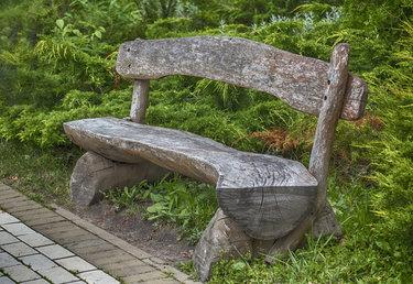 деревянные скамейки из бревна