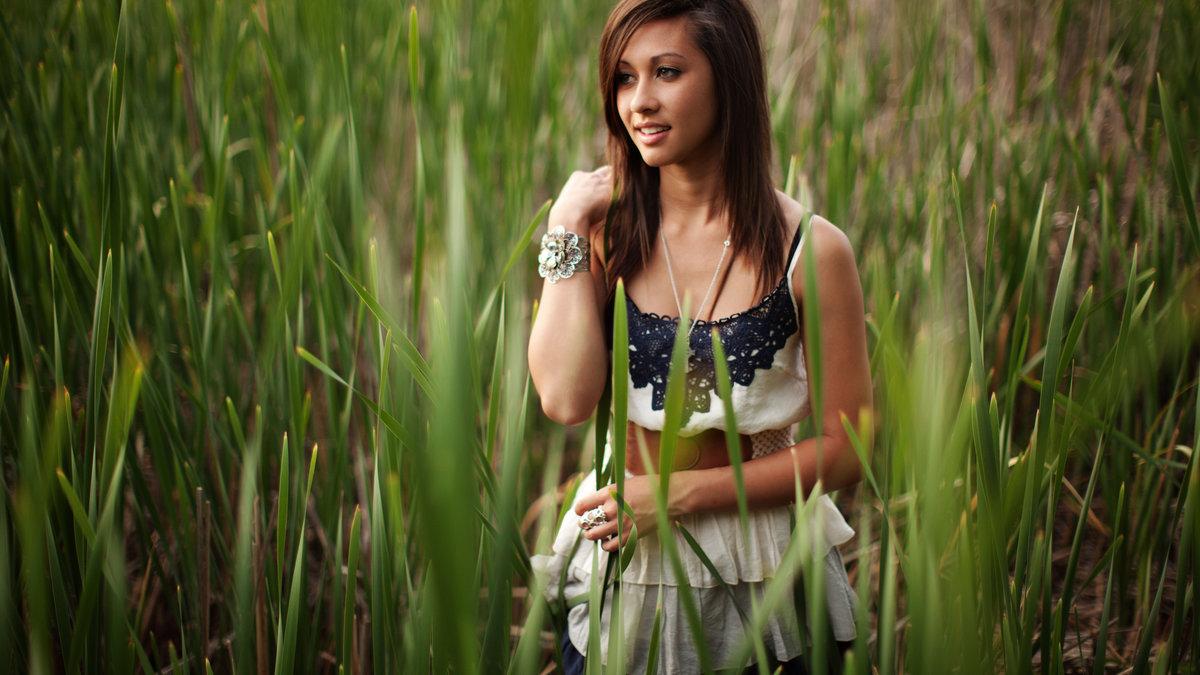 Красивая девушка на природе, минет под дождем