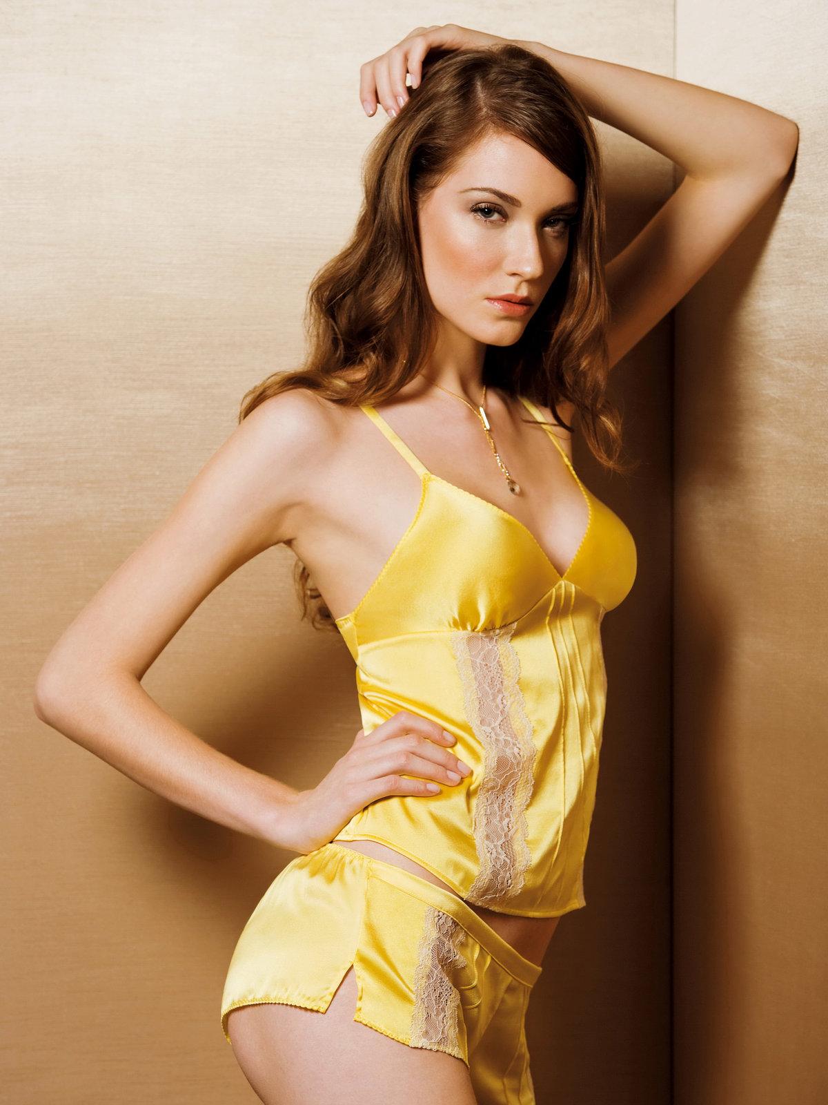 Девушка в желтом нижнее белье какие