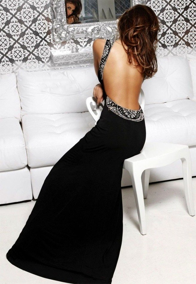 Черное платье с голой спиной хорошо