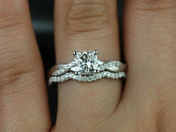 кольцо обручальное носится с помолвочным на одном пальце и есть даже  специальные комплекты, очень красивые 0e263328a64