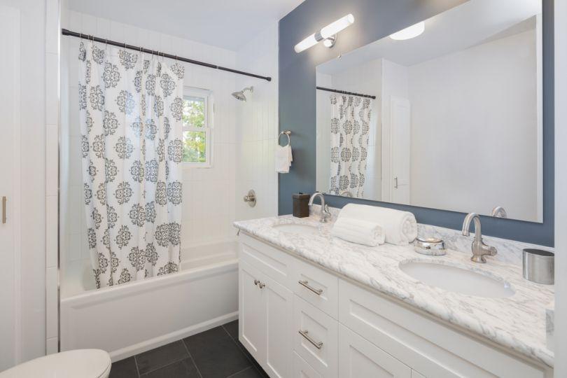 Вешаем шторку в ванной: 5 интересных решений