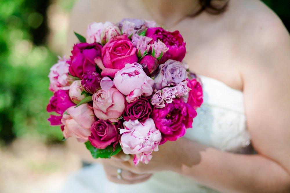 Сиреневый букет невесты с пионами, букеты