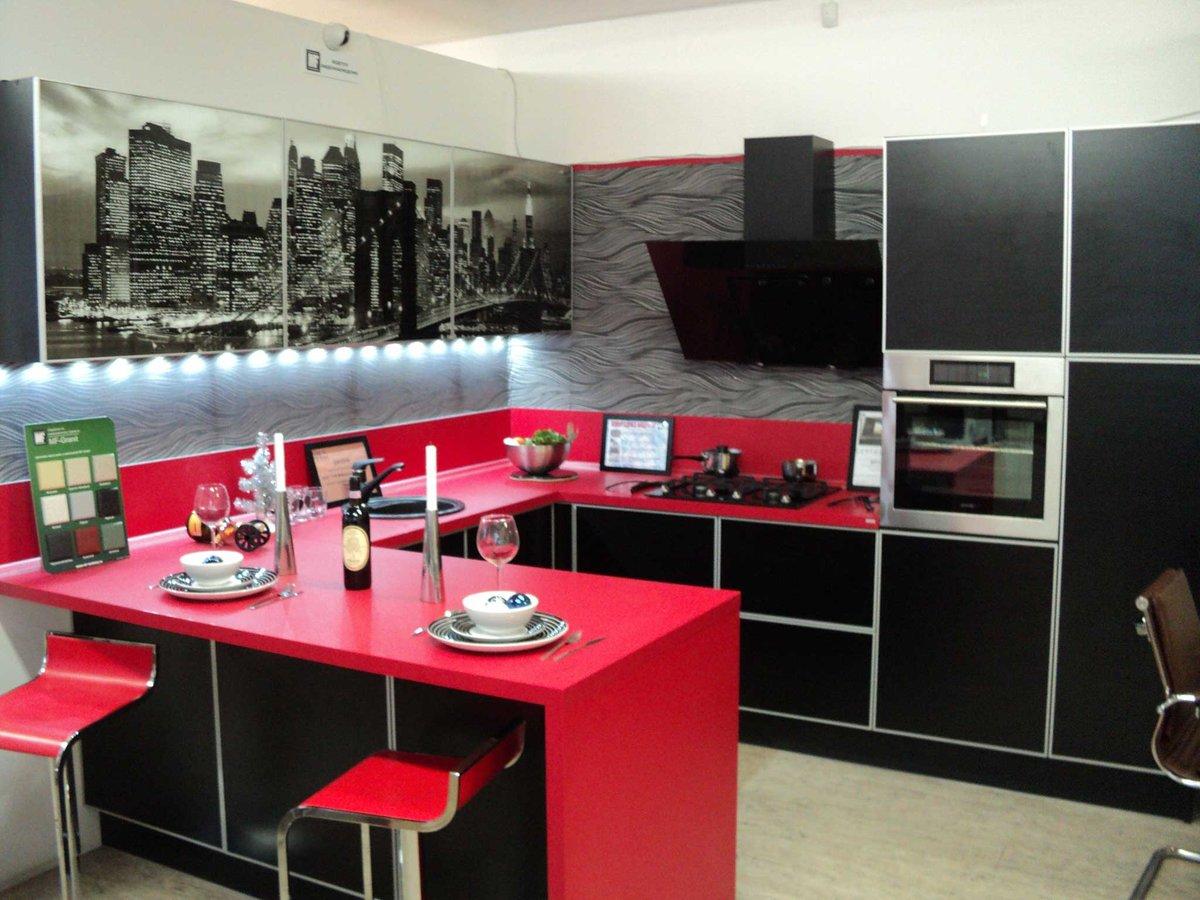 Фото черно красной кухни с барной стойкой